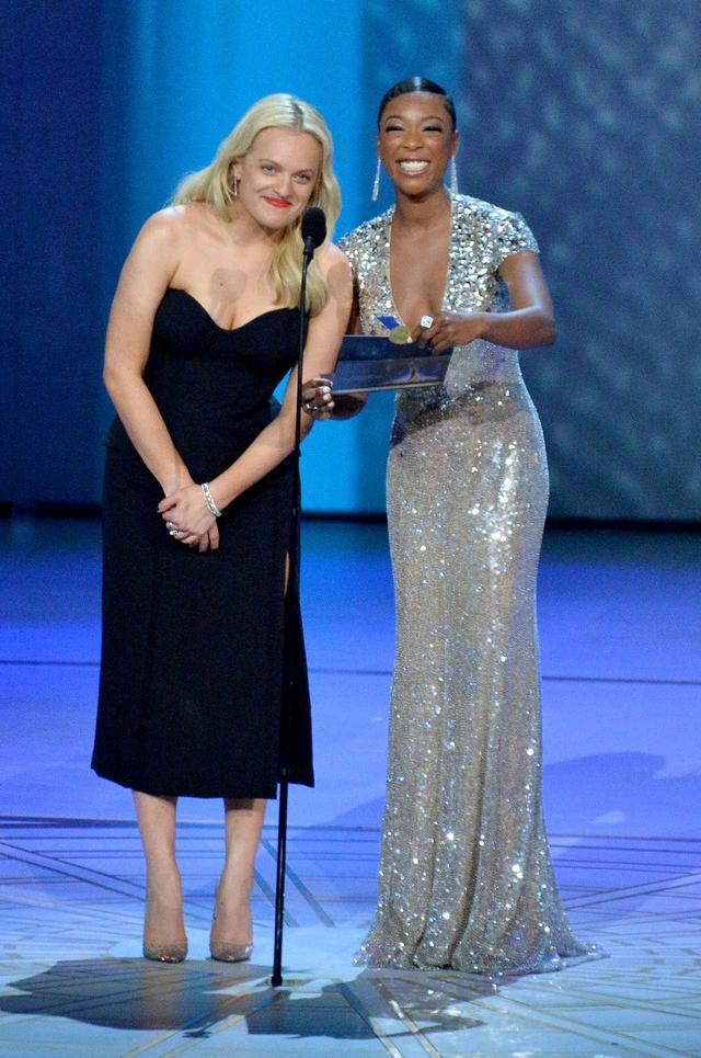画像: エリザベスはサミラとともにドラマ部門助演女優賞のホストを務めた。