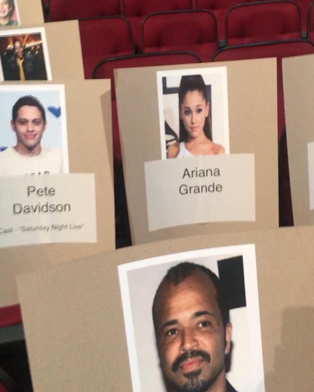 画像: セレブの顔写真を貼った席順リスト。 twitter.com