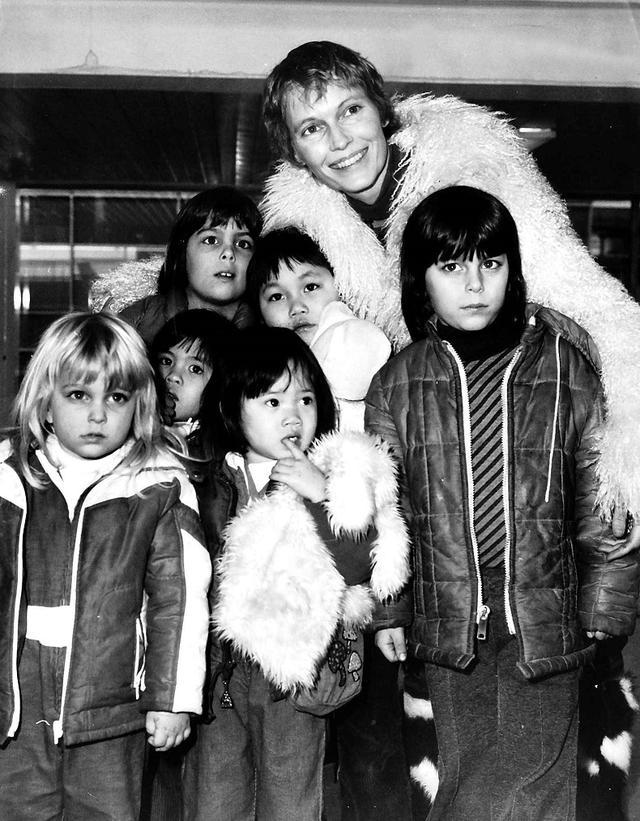 画像: 若き日のミアと子供たち。中央上段でミアのコートに埋もれているのがスン・イー。