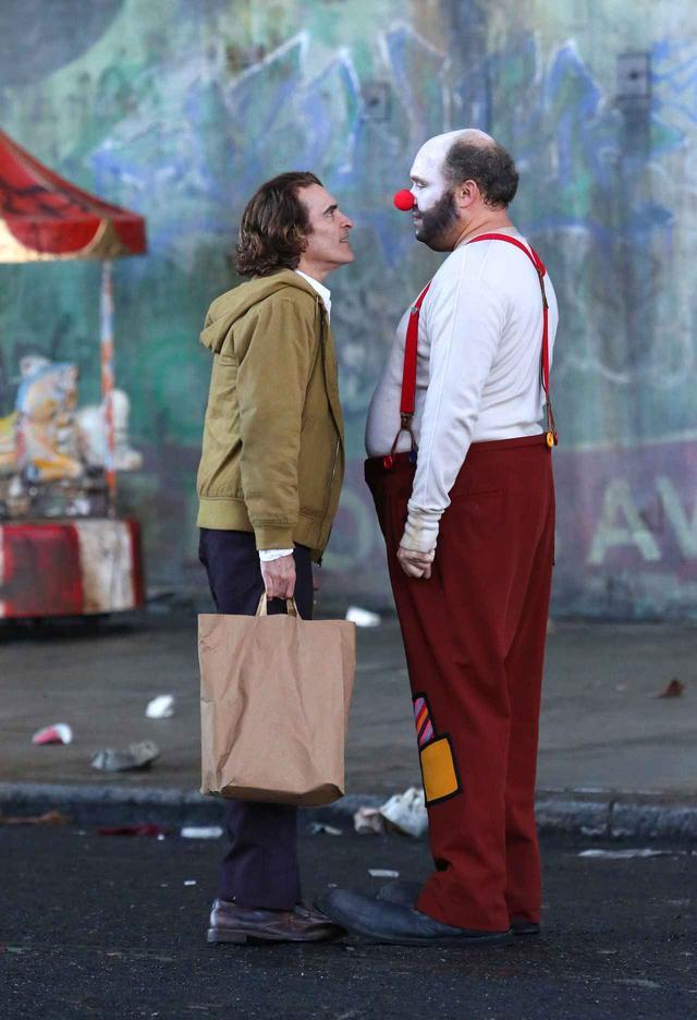 画像: 何やらピエロに扮した男性に顔を近づけて話すシーンも。