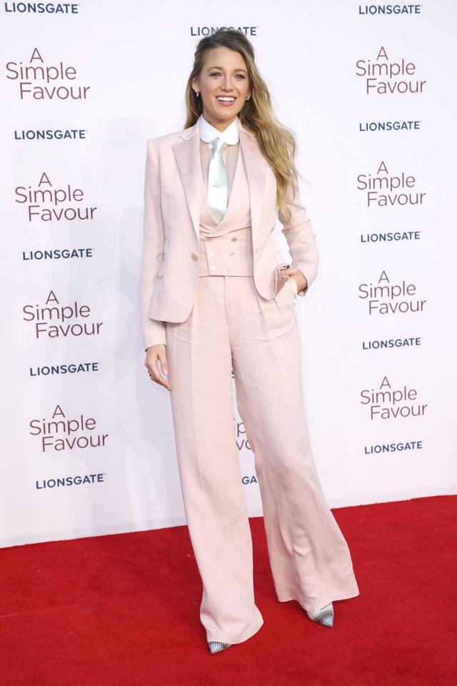 画像: ブロガーが皮肉コメントをしたブレイクのロンドン・プレミアでのピンクのスーツ姿。