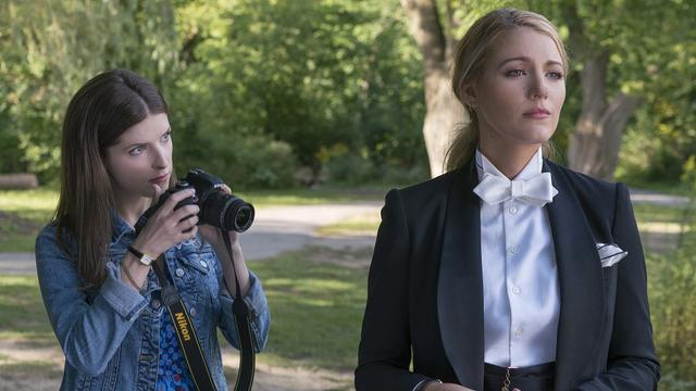 画像: 映画『ア・シンプル・フェイバー』でブレイク演じるエミリーの代表的な着こなしはスーツ。