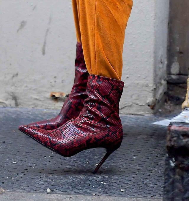 画像2: ジジ・ハデシッド、8,000円に見えない秋らしいパイソン柄ブーツに注目