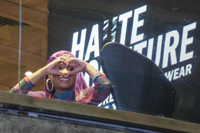 画像7: DIESELの新作を着こなしたニッキー・ミナージュ、ショップに登場して大盛況!