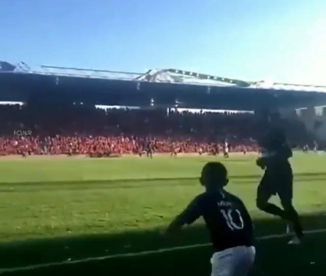 画像: ネイマール、興奮してグランドへ乱入した子供に取った行動に拍手喝采