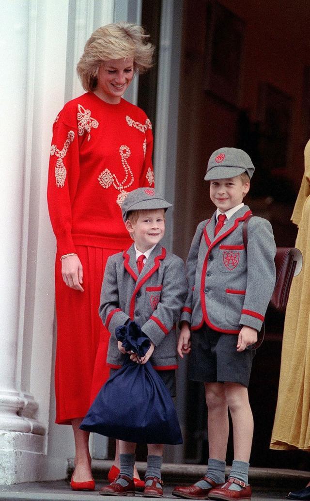 画像: 生前のダイアナ妃とともに小学校へと向かう幼い頃のヘンリー王子(中央)とウィリアム王子。