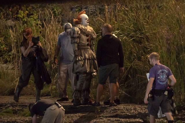 画像1: 『IT/イット』の撮影現場をキャッチ!ペニーワイズの撮影中の様子が恐怖