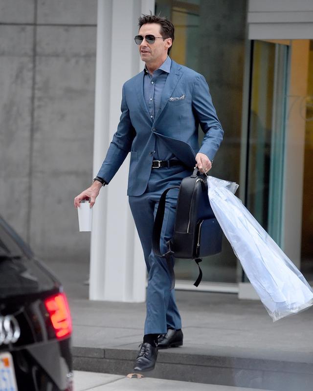 画像5: ヒュー・ジャックマン、スーツ姿で愛犬散歩する様子が絵になりすぎる