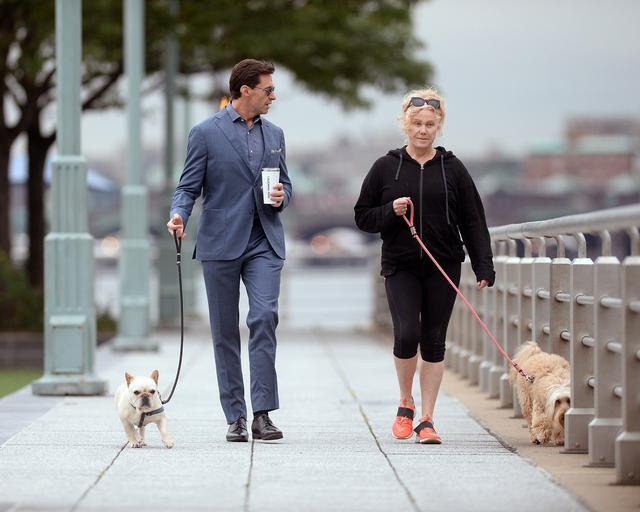画像3: ヒュー・ジャックマン、スーツ姿で愛犬散歩する様子が絵になりすぎる