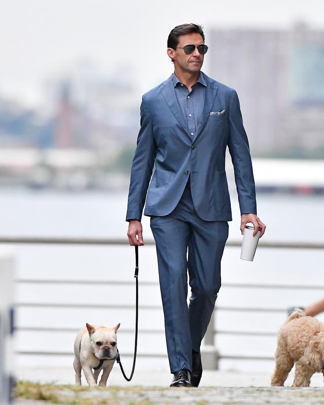 画像2: ヒュー・ジャックマン、スーツ姿で愛犬散歩する様子が絵になりすぎる
