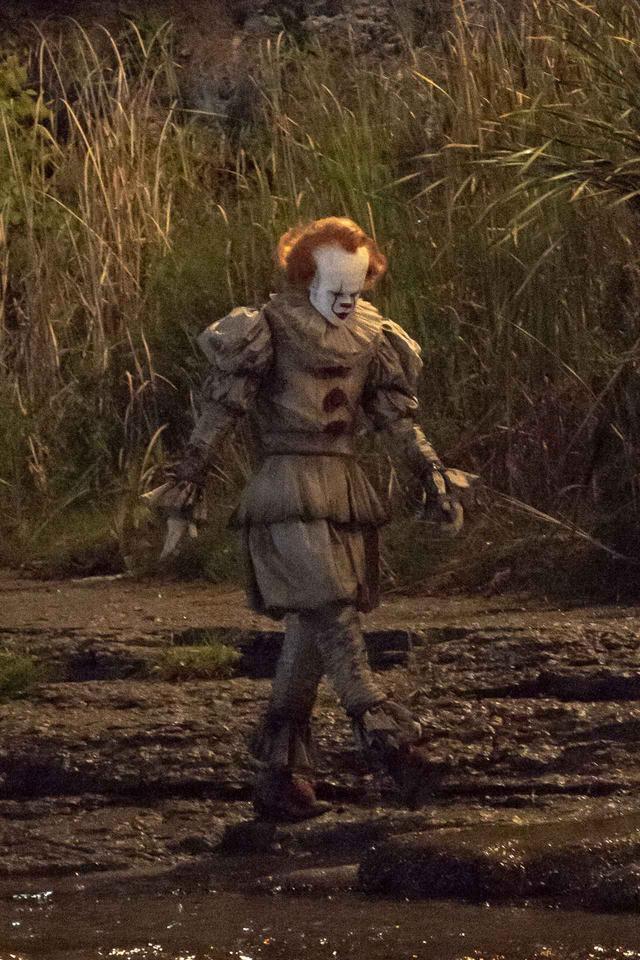 画像3: 『IT/イット』の撮影現場をキャッチ!ペニーワイズの撮影中の様子が恐怖