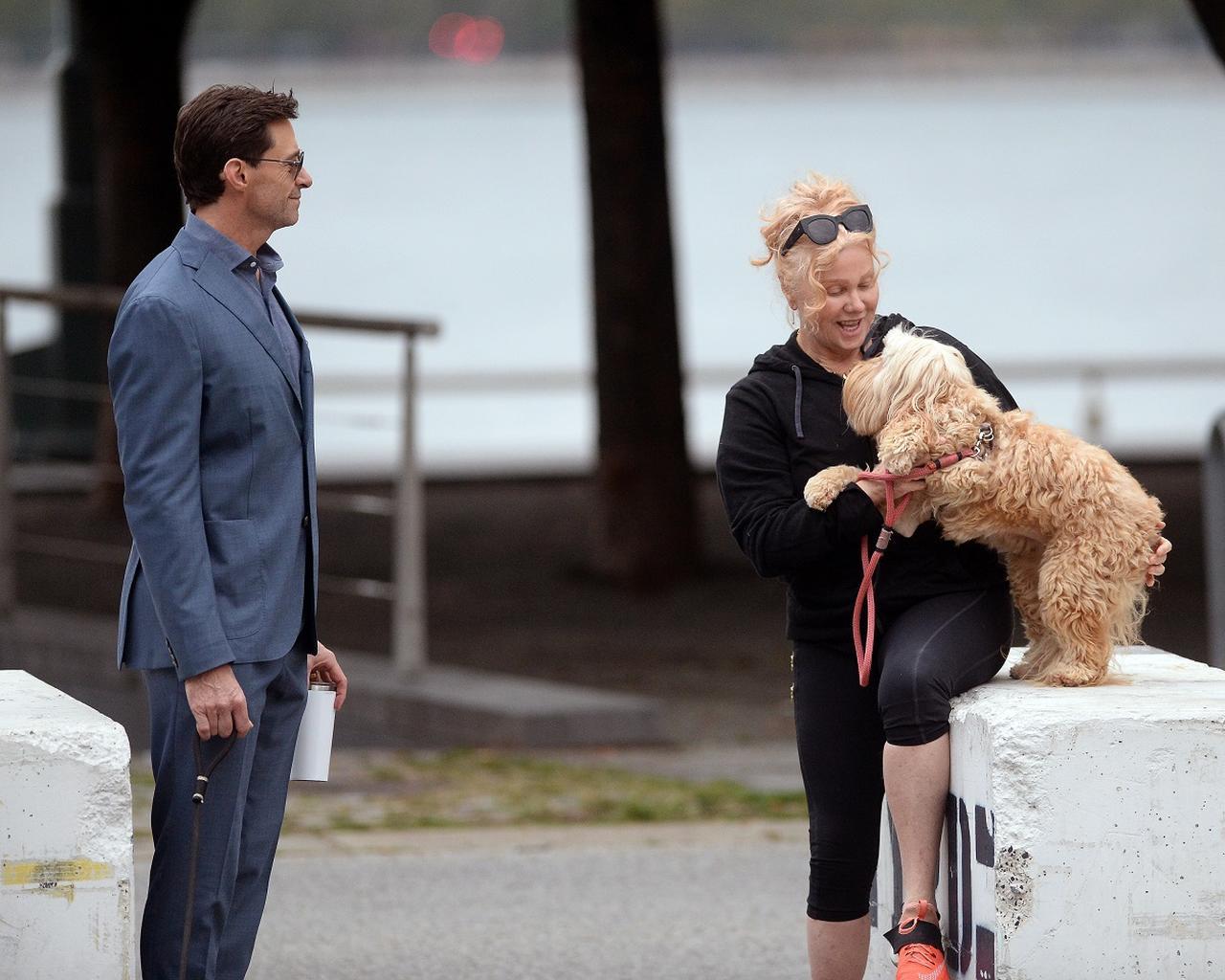 画像4: ヒュー・ジャックマン、スーツ姿で愛犬散歩する様子が絵になりすぎる