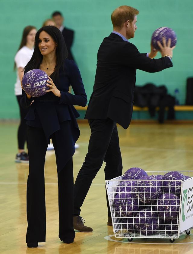 画像1: メーガン妃、25万円の高級ブラウスとピンヒールで球技試合に参加