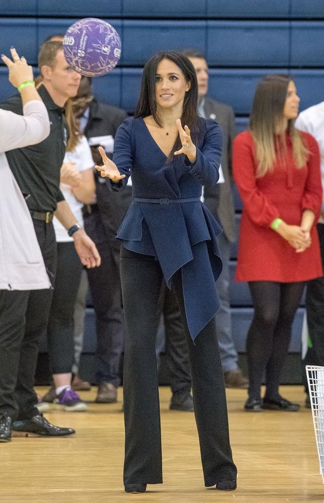 画像6: メーガン妃、25万円の高級ブラウスとピンヒールで球技試合に参加