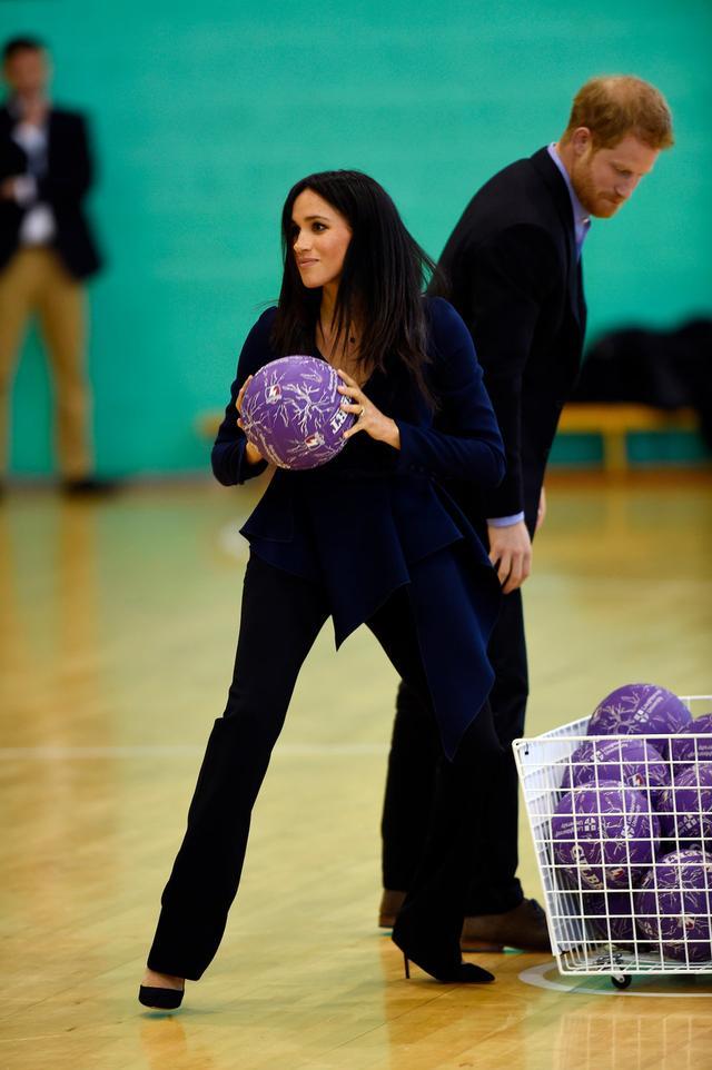 画像3: メーガン妃、25万円の高級ブラウスとピンヒールで球技試合に参加