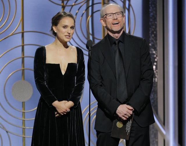 画像: 映画監督のロン・ハワードと共にゴールデングローブ賞のプレゼンターを務めたナタリー・ポートマン。