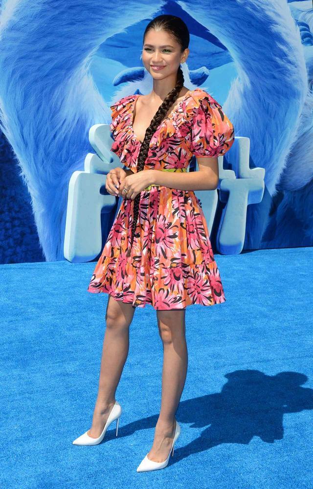 画像1: ゼンデイヤが『スモールフット』のプレミアに、マイケル・コース コレクションの最新ドレスで