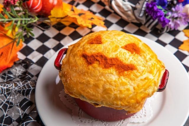 画像: 【迷宮の国のアリス】サーモンとキノコのクリーム煮 おばけかぼちゃのパイ包み 1,000円