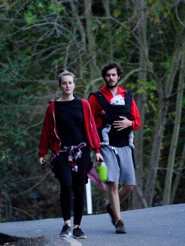 画像: アーロちゃんが生後間もない頃、アダムと一緒に家族で近所に散歩に出かけたレイトン。
