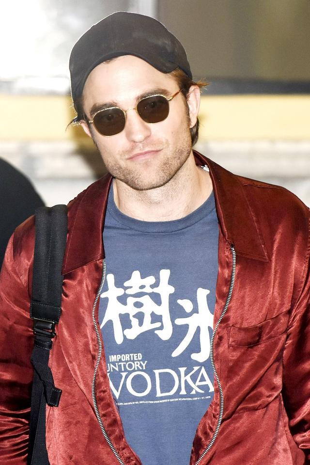 画像2: ロバート・パティンソンの私服Tシャツに書かれた謎の「日本語」が気になりすぎる