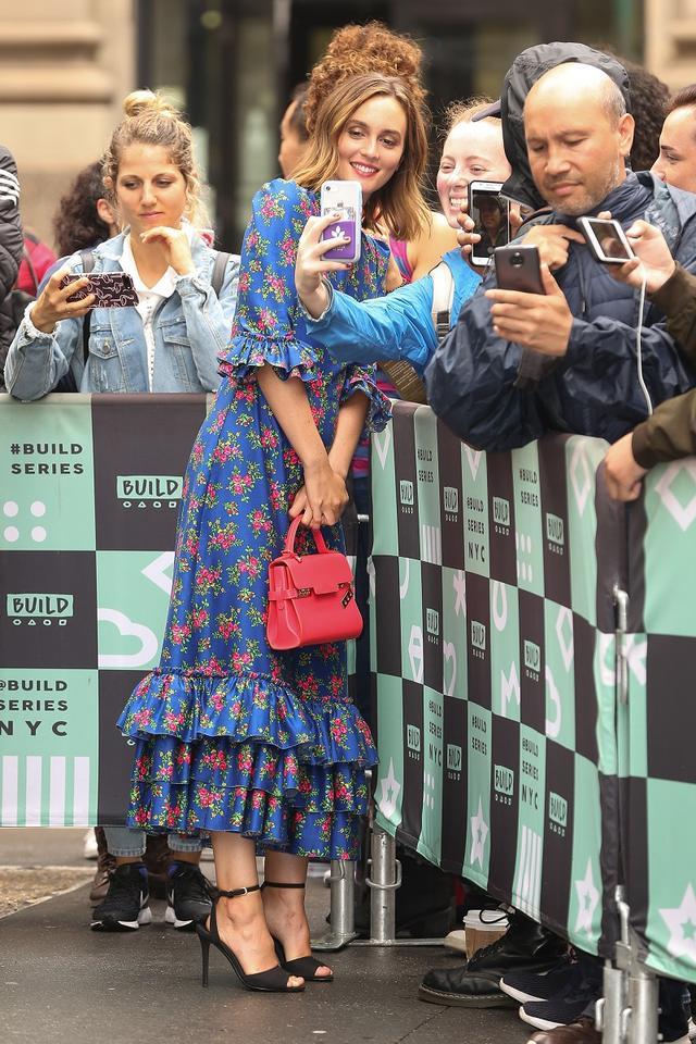 """画像: トーク番組への出演前に集まったファンたちと交流するレイトン。彼女にとっては、ある意味これも""""バケーション""""?"""