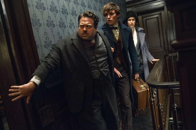 画像: 『ファンタスティック・ビーストと魔法使いの旅』でジェイコブ・コワルスキーを演じた俳優のダン・フォグラー(写真左)。