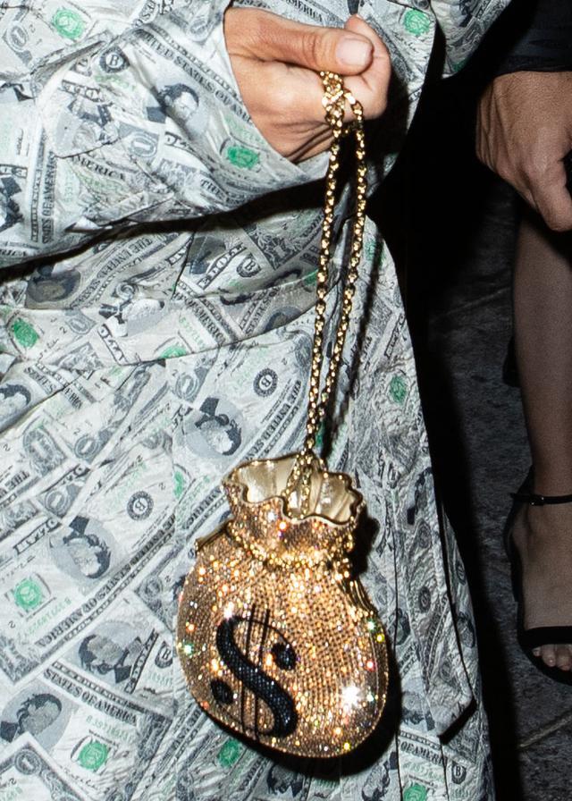画像4: キム・カーダシアン、自分史上「最高にバブリー」な装いでパーティに繰り出す