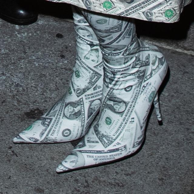 画像3: キム・カーダシアン、自分史上「最高にバブリー」な装いでパーティに繰り出す
