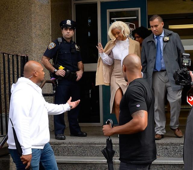 画像: 一連の手続きを終え、管轄の警察署から出て来たカーディ。その表情は笑顔だった。