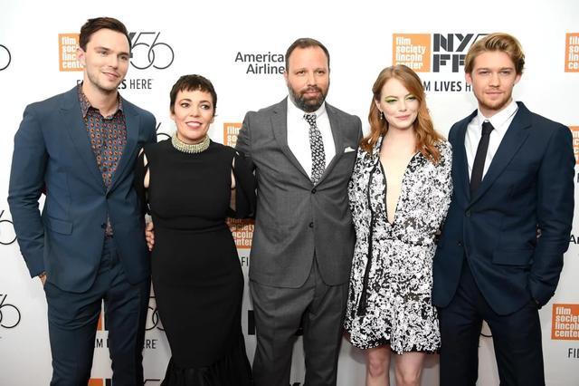 画像: 『ザ・フェイバリット』のキャストたち。左から:ニコラス・ホルト、オリヴィア・コールマン、ヨルゴス・ランティモス監督、エマ・ストーン、ジョー・アルウィン。