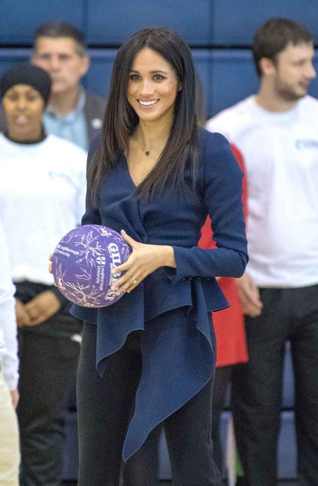 画像: イベント中に参加者たちがスポーツを楽しむのが恒例で、メーガン妃とヘンリー王子も一般人たちとネットボールを楽しんだ。