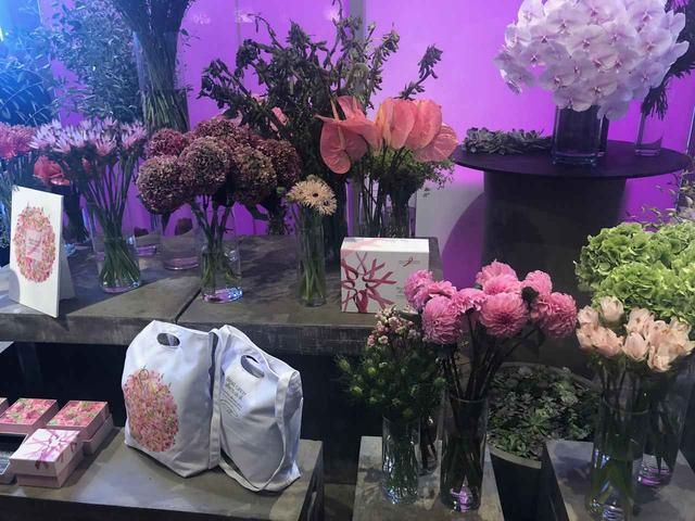 画像3: ピンクの花に囲まれたイベントの様子は?