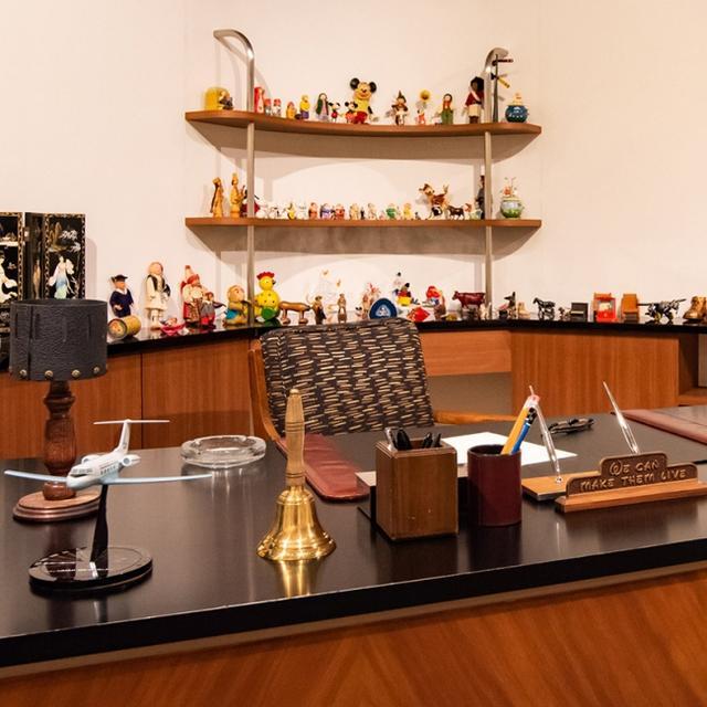 画像: ウォルト・ディズニーが在りし日に使用した仕事場を細部にわたって再現 ©Disney