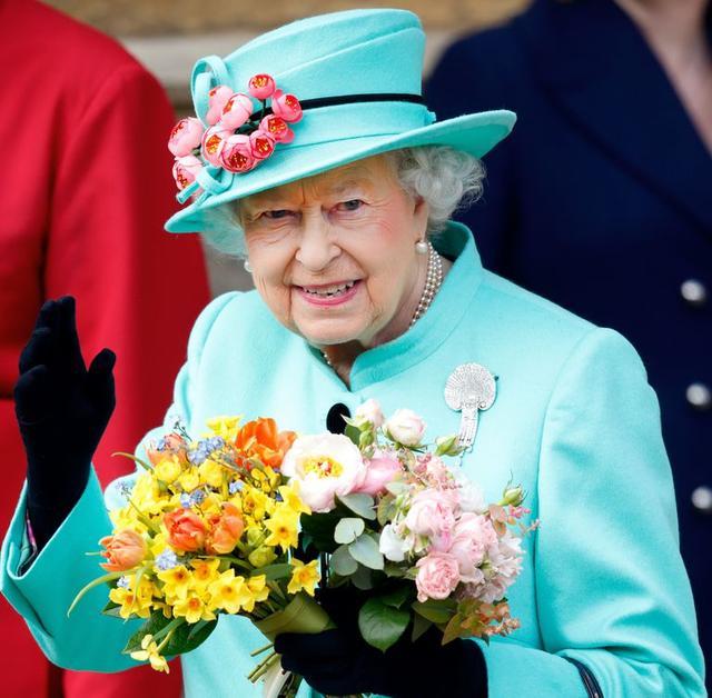 画像: エリザベス女王、手を振るのに疲れた時用の「手振りマシーン」を持ってる