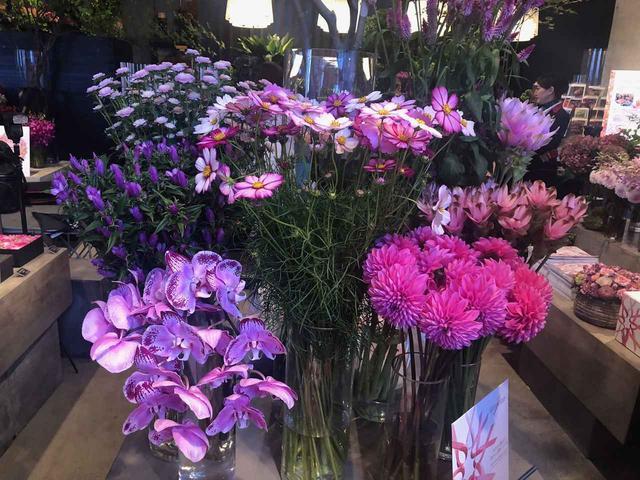 画像2: ピンクの花に囲まれたイベントの様子は?