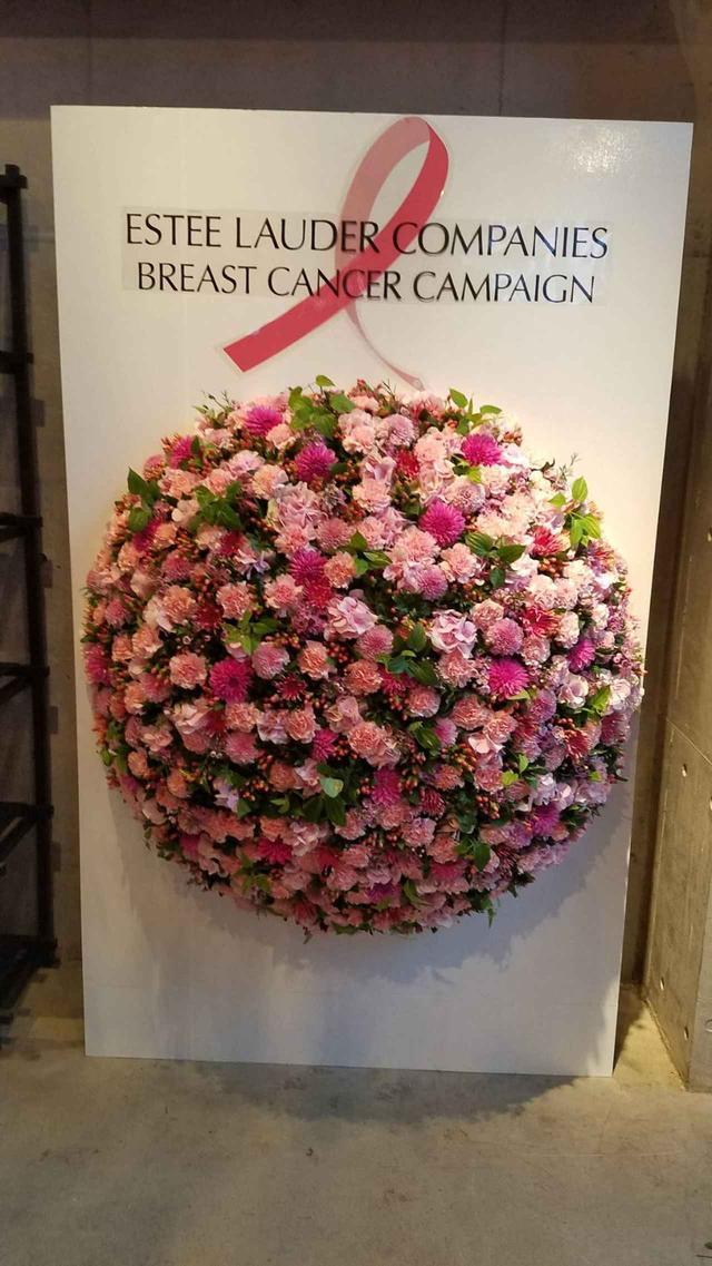 画像1: ピンクの花に囲まれたイベントの様子は?