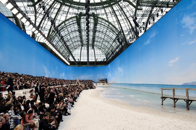 画像2: 「波が打ち寄せるビーチ」を再現!シャネルの最新ランウェイが規格外