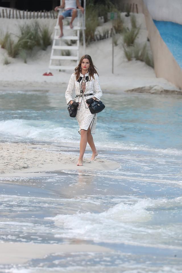 画像3: 「波が打ち寄せるビーチ」を再現!シャネルの最新ランウェイが規格外