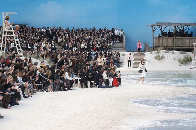画像1: 「波が打ち寄せるビーチ」を再現!シャネルの最新ランウェイが規格外