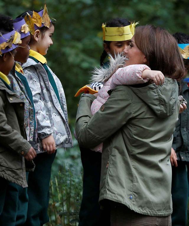 画像2: キャサリン妃に会えて喜びが爆発した少女が取った「行動」に胸キュン
