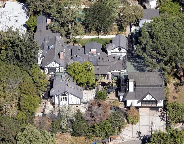 画像: ブラッドリーからの贈り物が飾られているという、ガガが2016年に購入したハリウッド・ヒルズの豪邸。ちなみにガガは、ここから車で1時間ほどのマリブ地区にももう1つ邸宅を所有している。