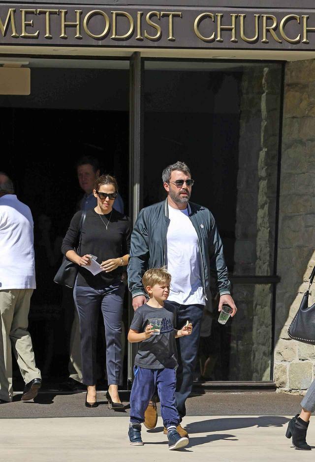 画像: ベンとジェニファーは離婚を発表した後も子供たちと一緒に教会を訪れるなど頻繁に面会していた。
