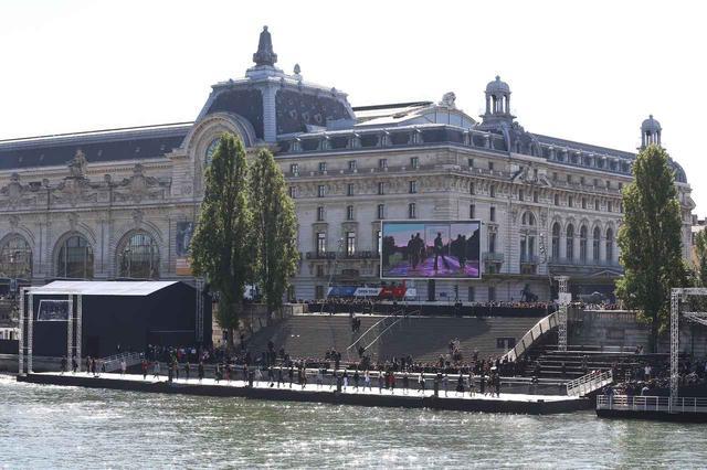 画像: セーヌ川がランウェイに@パリ