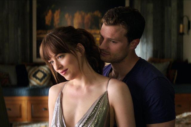 画像2: ダコタがジェイミーに下着の脱がせ方を指南
