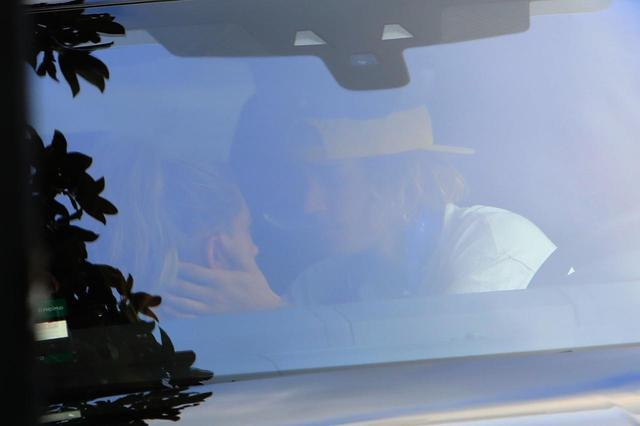 """画像: 車中でヘイリーに""""安全祈願""""?"""