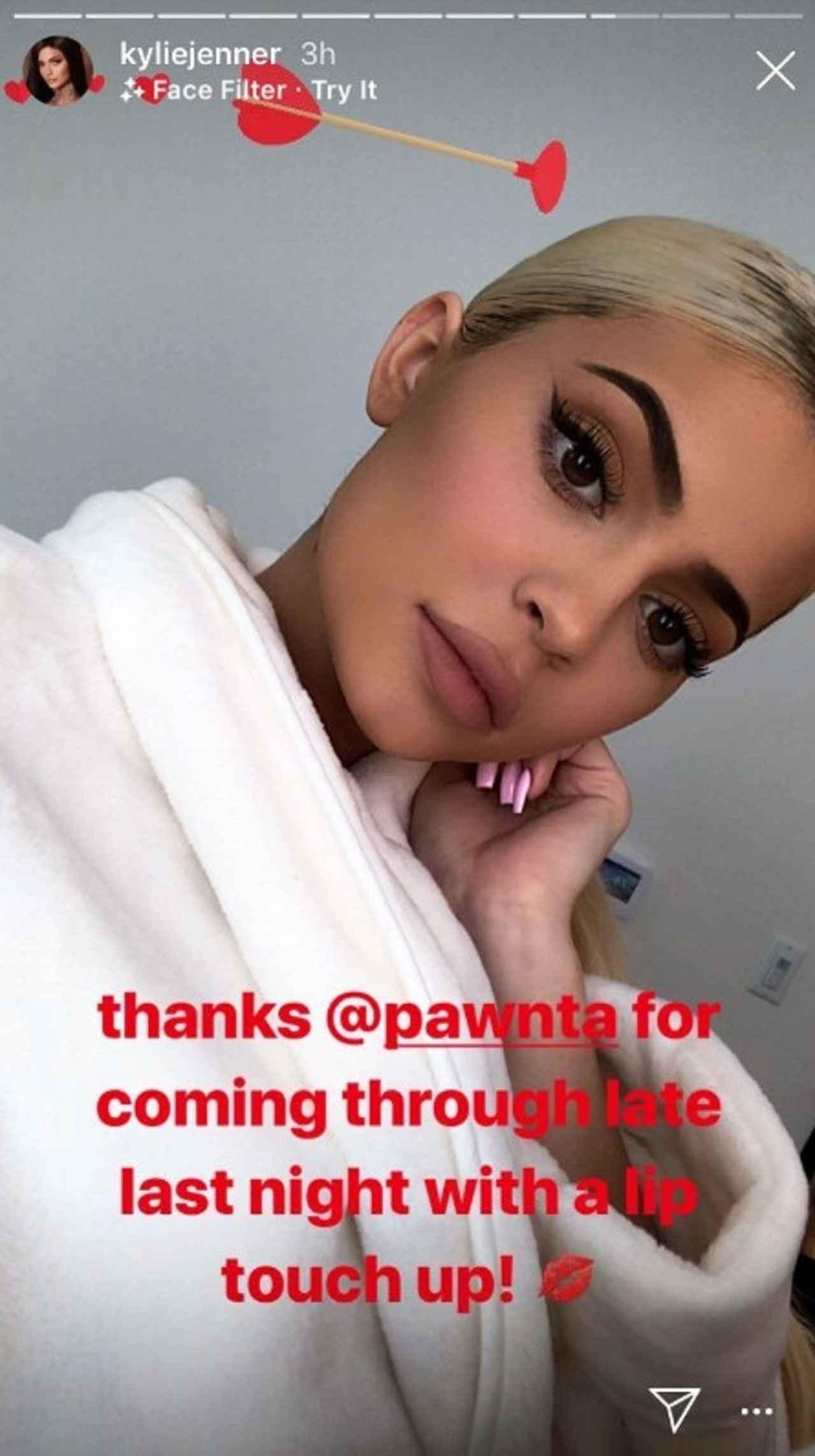 画像: 施術を担当した「パウンタ・コスメティック・ダ—マトロジー(Pawnta Cosmetic Dermatology)」の公式アカウントをタグ付けして「深夜に自宅に来て施術してくれてありがとう」とお礼のコメントをしていたカイリー。©Kylie Jenner/ Instagram
