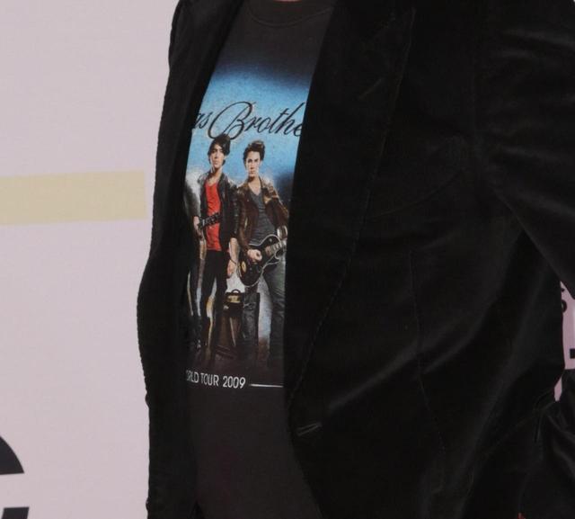 画像: ジョンが着用していたTシャツとは?