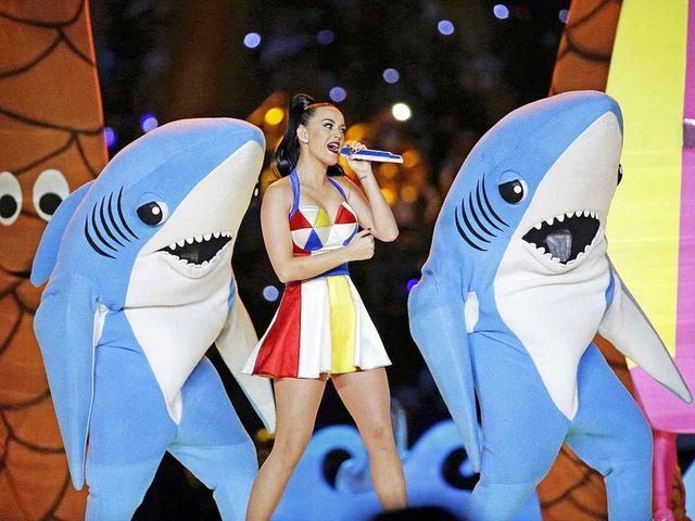 画像: ケイティ・ペリーのスーパーボウル・ハーフタイムショーに登場したサメ。