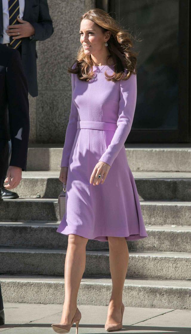 画像1: プリンセスラインのワンピを今季らしくスタイリングしたキャサリン妃