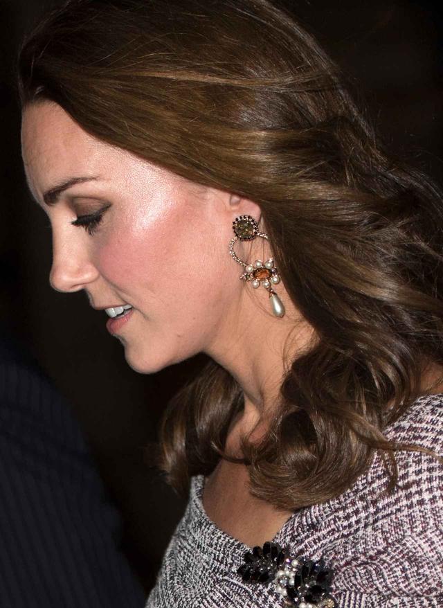 画像3: キャサリン妃、トレンドのチェック柄ドレス×パープルの最新コーデがオシャレ